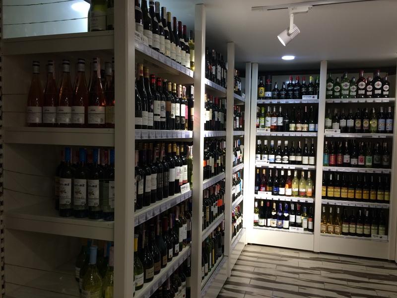 вино и тытунь стеллажи